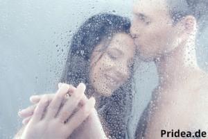 Mann und Frau unter Duschpaneel